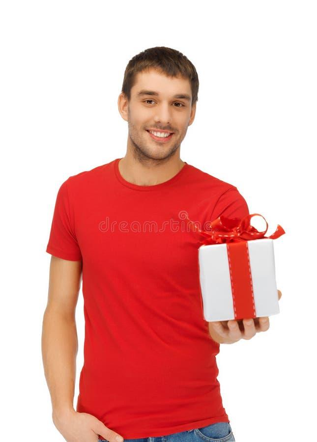 Gut aussehender Mann mit einem Geschenk stockfotografie
