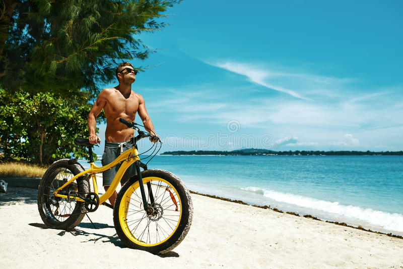 Gut aussehender Mann mit Fahrrad-Sonnenbräunung auf Strand Krasnodar Gegend, Katya stockbild