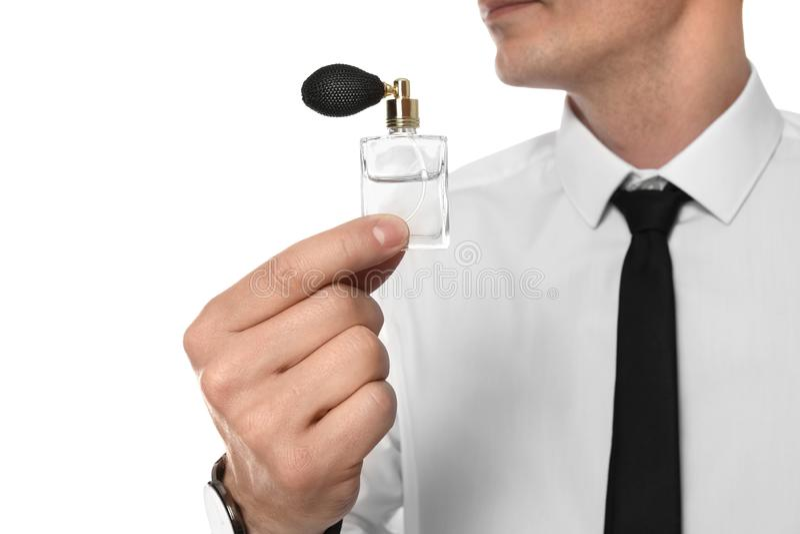 Gut aussehender Mann mit Flasche Parfüm, Nahaufnahme lizenzfreie stockbilder