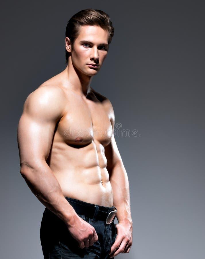 Gut aussehender Mann mit sexy muskulösem schönem Körper lizenzfreie stockfotos