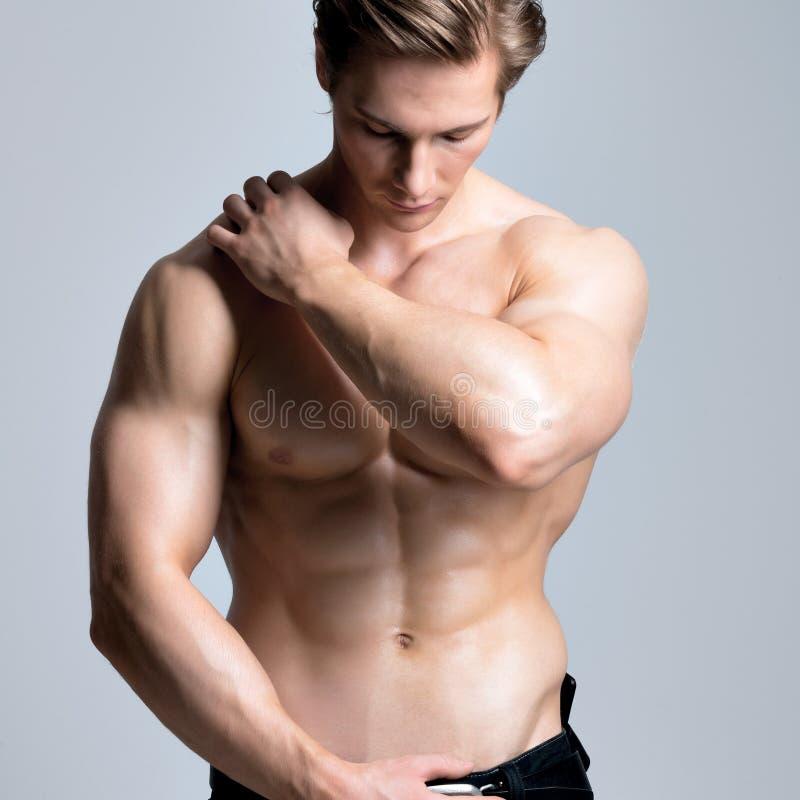 Gut aussehender Mann mit sexy muskulösem schönem Körper stockfoto