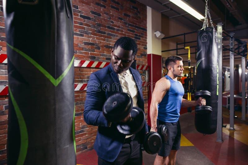 Gut aussehender Mann zwei mit den großen Muskeln stockfotos