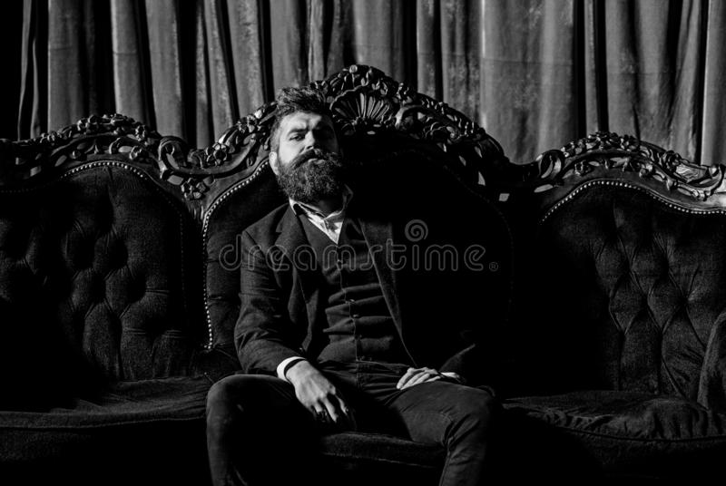 Gut gekleideten Mann in auferlegen luxuriöse Wohnungen mit klassischem Innenraum luxus Männer ` s Art, Mode lizenzfreies stockbild