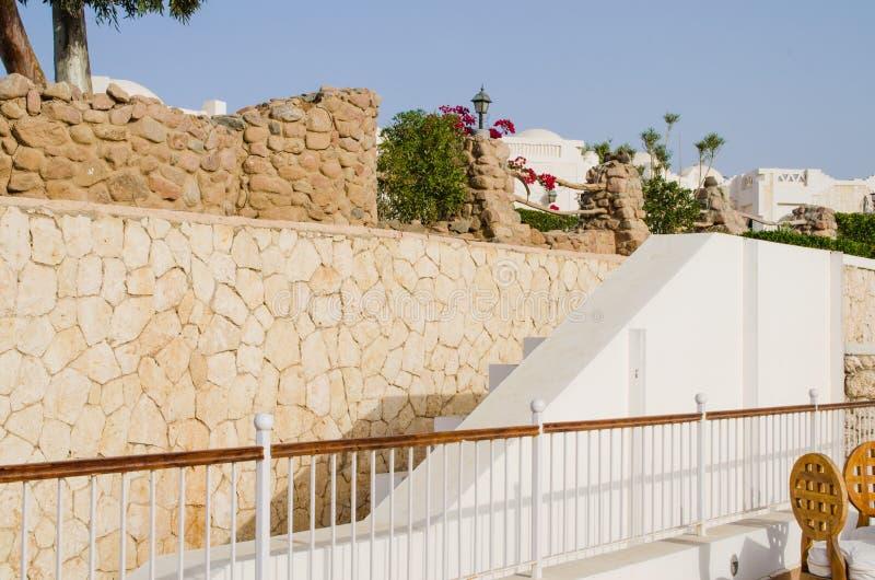 Gut-gepflegtes Parkgebiet des Hotels mit fünf Sternen Sommer im Sharm el Sheikh stockfotos