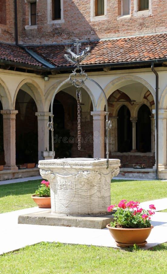 Gut innerhalb eines Klosters im alten Franziskanerkloster stockfotos