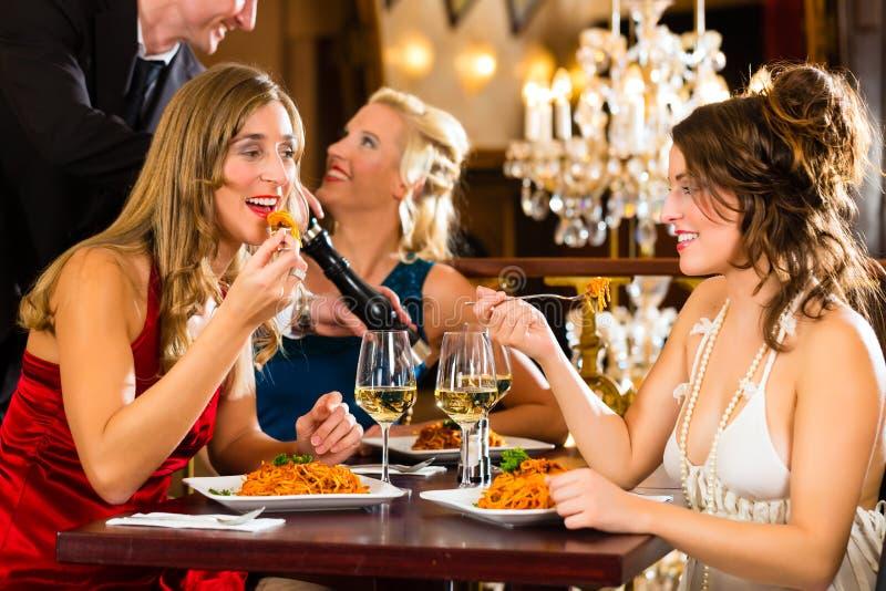Kellner würzt das Abendessen in einem feinen Restaurant stockbilder