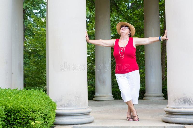 Gute Großmutter des glücklichen Gefühls lizenzfreie stockbilder