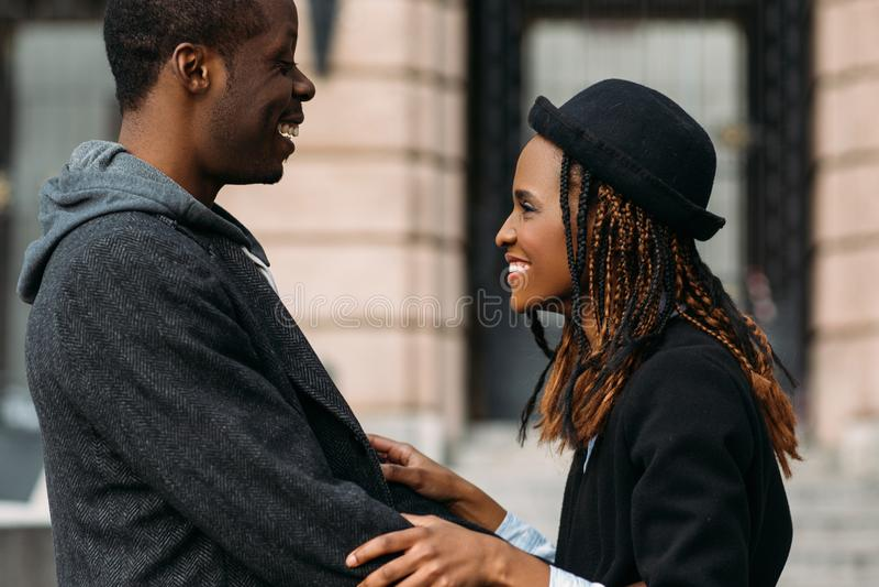Gute Nachrichten für Afroamerikaner Glückliche Paare lizenzfreies stockbild