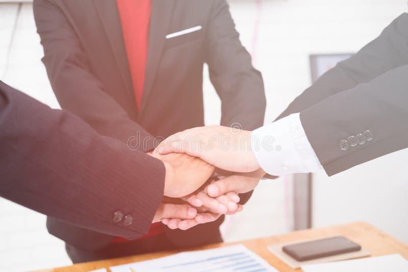 Gute Teamwork, Arbeitsplatzstrategie, Geschäftsmänner, die sich treffen, um sich zu besprechen lizenzfreie stockfotos