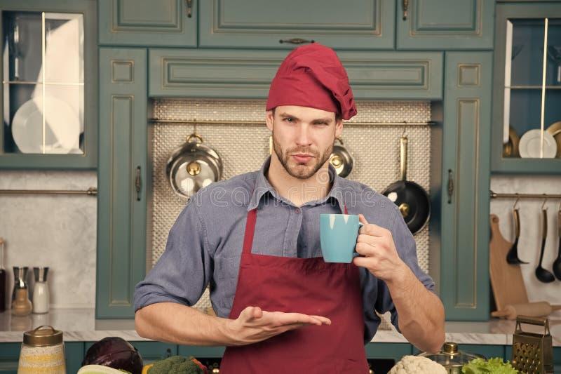 Guten Morgen Barista-Mann in der Kaffeestube H?bsches barista mit Morgenkaffee an den B?ckern kaufen F?r Liebhaber des Kaffees stockfotos