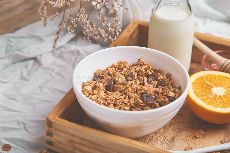 Guten Morgen Frühstück auf weißen Bettlaken lizenzfreie stockbilder