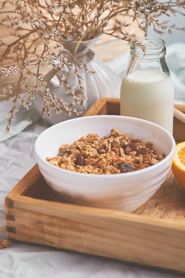 Guten Morgen Frühstück auf weißen Bettlaken stockbilder