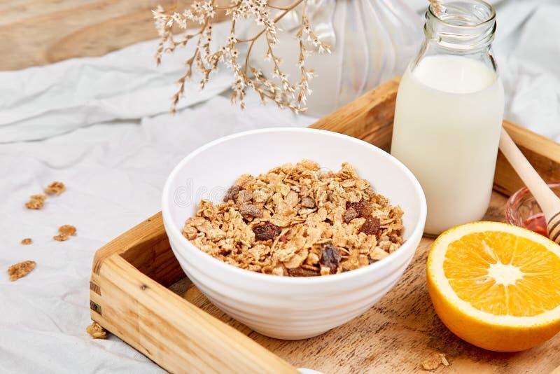 Guten Morgen Frühstück auf weißen Bettlaken lizenzfreie stockfotos