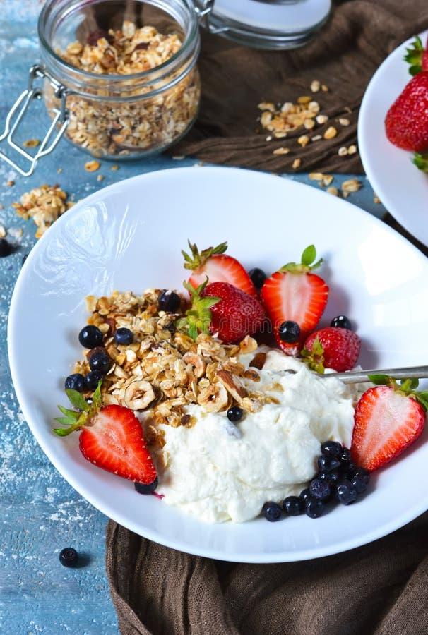 Guten Morgen! Frühstück mit Jogurt, Granola und Erdbeeren O lizenzfreies stockbild