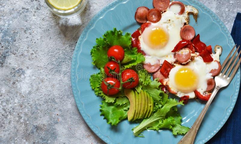 Guten Morgen! Frühstück Spiegeleier mit Wurst und Pfeffer Ansicht von oben stockfotografie