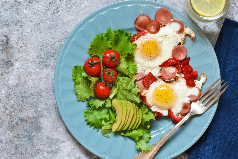 Guten Morgen! Frühstück Spiegeleier mit Wurst und Pfeffer lizenzfreie stockfotos