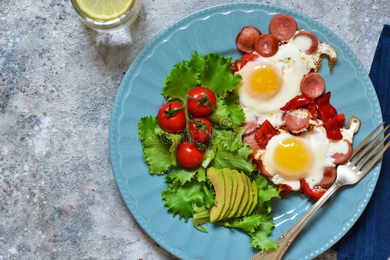 Guten Morgen! Frühstück Spiegeleier mit Wurst und Pfeffer Ansicht von oben stockbilder