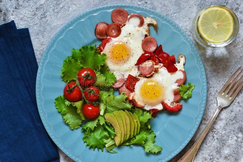 Guten Morgen! Frühstück Spiegeleier mit Wurst und Pfeffer lizenzfreies stockbild