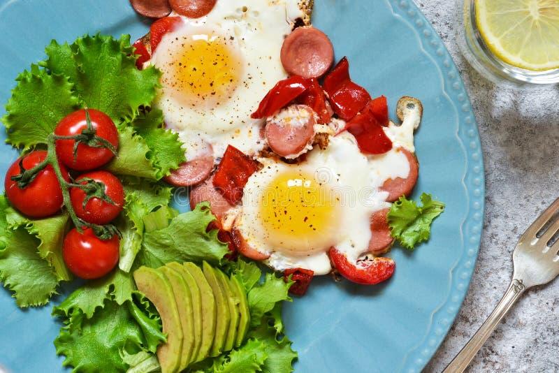 Guten Morgen! Frühstück Spiegeleier mit Wurst und Pfeffer Ansicht von oben lizenzfreie stockfotografie