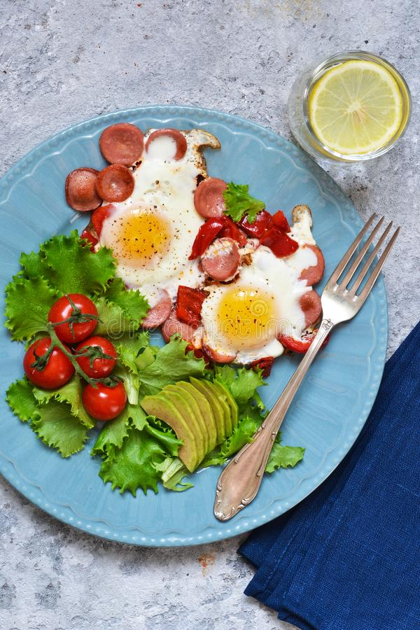 Guten Morgen! Frühstück Spiegeleier mit Wurst und Pfeffer stockfotografie