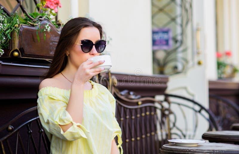 Guten Morgen Frühstücksmädchen im Café sich entspannen Kaffeetasse und handliche ge?ffnete ?berausgabe stilvolle Frau in den Gl?s lizenzfreies stockfoto