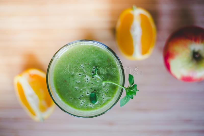 Guten Morgen: Frischer grüner Smoothie und Früchte auf hölzernem Hintergrund, gesundes Frühstück stockfotografie