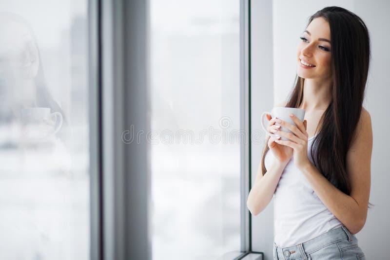 Guten Morgen Glückliche Frau, die sich zu Hause entspannt stockbild