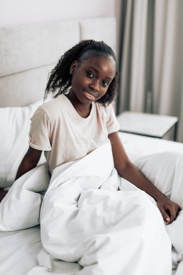 Guten Morgen glückliche Stimmung morgens Mädchen beginnt Morgen mit einem Lächeln lizenzfreie stockfotos