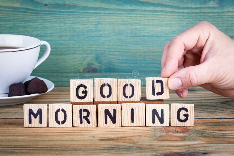 Guten Morgen Hölzerne Buchstaben auf dem informativen und der Kommunikation Hintergrund des Schreibtischs, stockfotografie