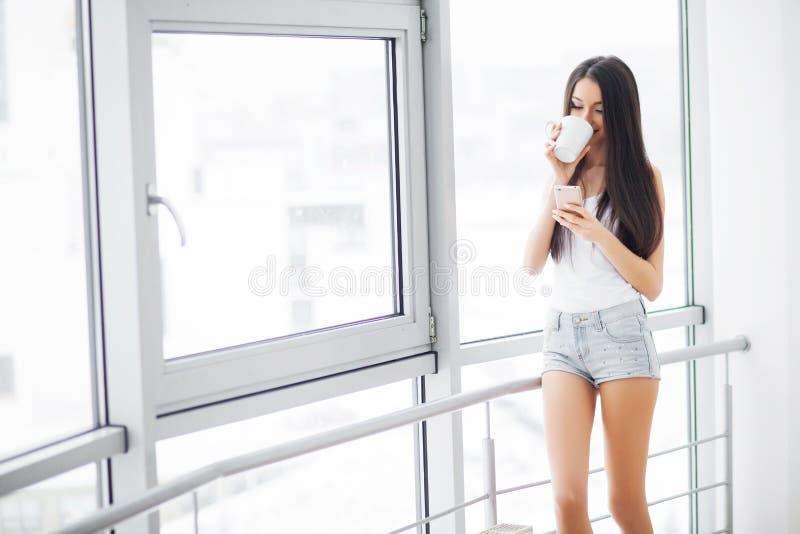 Guten Morgen Junges sexy Passung Brunete in ein Hotelzimmer lizenzfreies stockbild