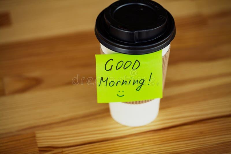 Guten Morgen Kaffee und mehr Kaffee zum Mitnehmen und Bohnen auf einem hölzernen Ba lizenzfreie stockfotografie
