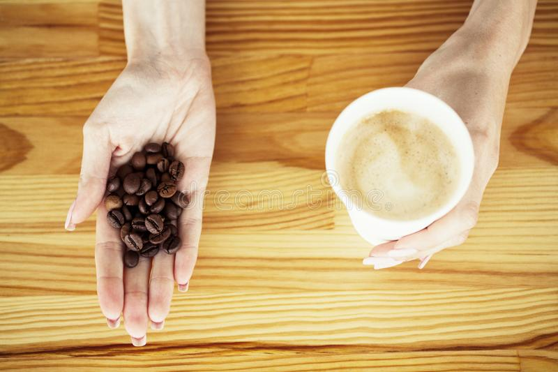 Guten Morgen Kaffee und mehr Kaffee zum Mitnehmen und Bohnen auf einem hölzernen Hintergrund lizenzfreie stockbilder