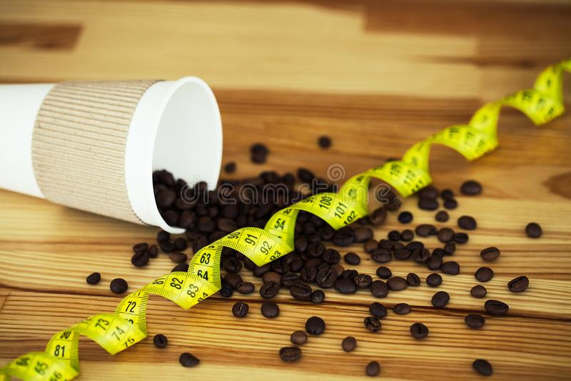 Guten Morgen Kaffee und mehr Kaffee zum Mitnehmen und Bohnen auf einem hölzernen Hintergrund lizenzfreie stockfotos