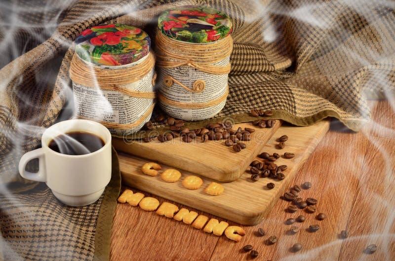 Guten Morgen Kaffeetasse und ein Text, bestanden aus Crackern lizenzfreie stockbilder