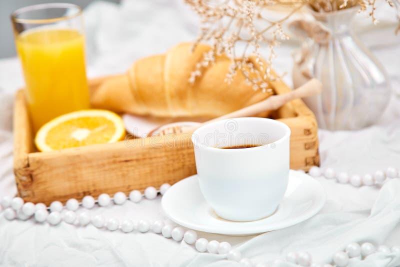 Guten Morgen Kontinentales Frühstück auf weißen Bettlaken lizenzfreies stockfoto