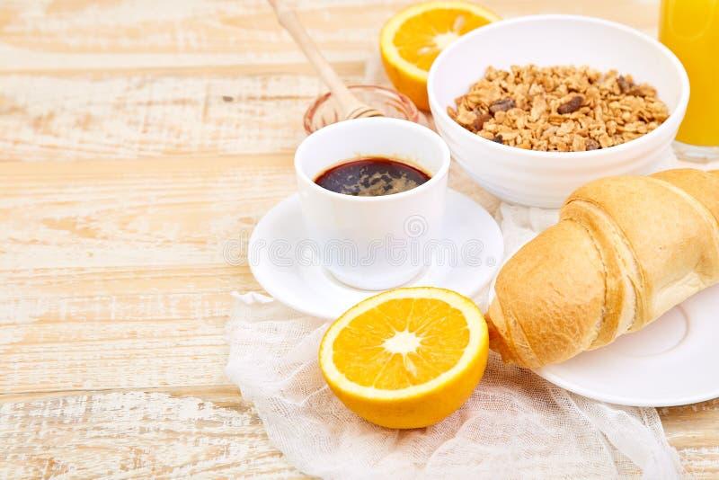 Guten Morgen Kontinentales Frühstück auf ristic hölzernem Hintergrund Tasse Kaffee, Orangensaft, Hörnchen, Hörnchen, Granola stockfotos