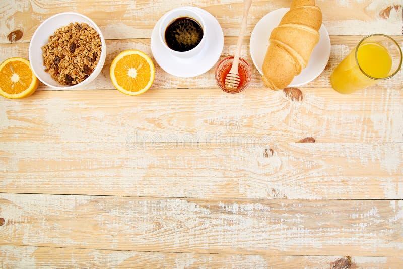 Guten Morgen Kontinentales Frühstück auf ristic hölzernem Hintergrund Tasse Kaffee, Orangensaft, Hörnchen, Granola muesli auf höl lizenzfreies stockfoto