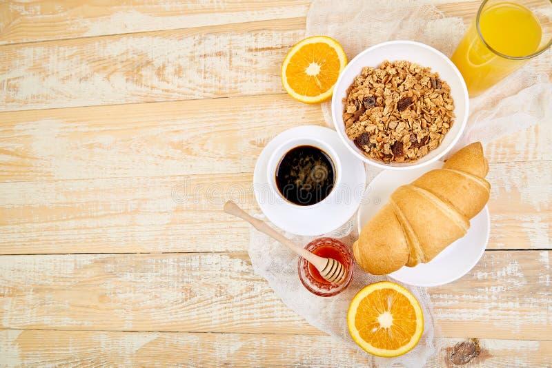 Guten Morgen Kontinentales Frühstück auf ristic hölzernem Hintergrund Tasse Kaffee, Orangensaft, Hörnchen, Granola muesli auf höl stockbilder