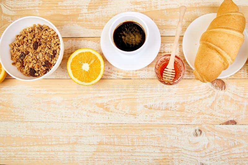 Guten Morgen Kontinentales Frühstück auf ristic hölzernem Hintergrund lizenzfreie stockfotos