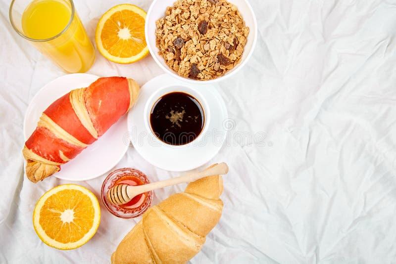 Guten Morgen Kontinentales Frühstück auf weißen Bettlaken stockbilder