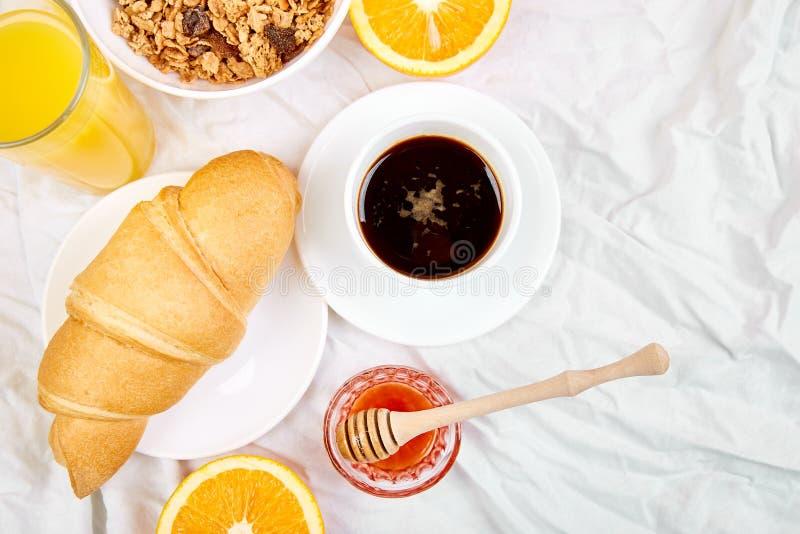 Guten Morgen Kontinentales Frühstück auf weißen Bettlaken lizenzfreie stockfotografie