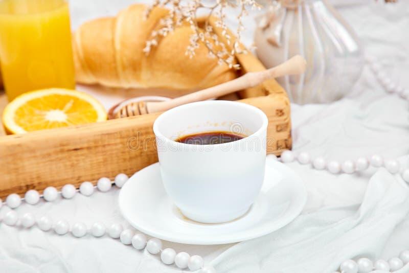 Guten Morgen Kontinentales Fr?hst?ck auf wei?en Bettlaken lizenzfreie stockfotos