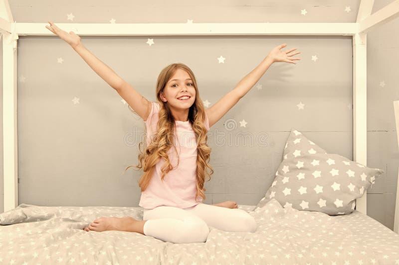 Guten Morgen M?dchenkinderlanges gelocktes Haar wach Angenehmes Wecken M?dchen schaut nett und voll von der Energie am Morgen lizenzfreie stockfotografie