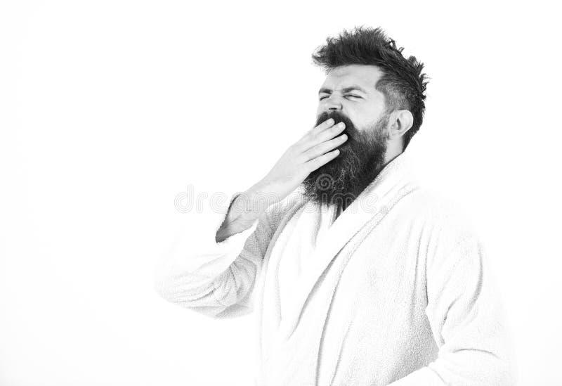 Guten Morgen Mann mit Bart und Schnurrbart, der Mund mit der Palme, lokalisiert auf weißem Hintergrund gähnt und bedeckt Kerl sch lizenzfreie stockfotografie