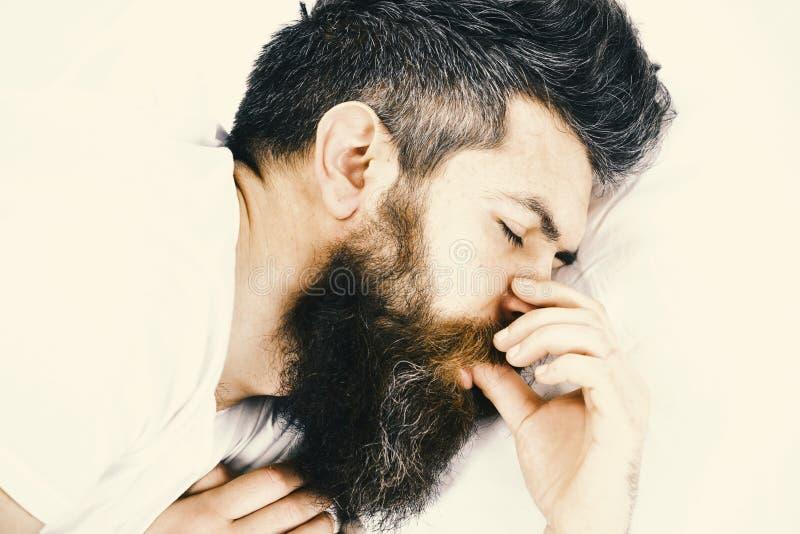 Guten Morgen Mann mit schläfrigem Gesicht liegt auf Kissen Konzept des tiefen Schlafes lizenzfreie stockfotografie