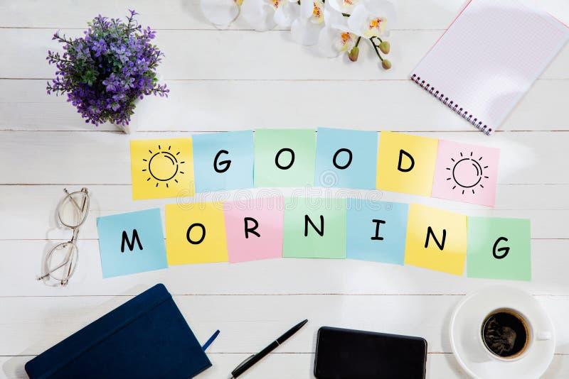 Guten Morgen Mitteilung an den bunten Briefpapieren auf einem Schreibtischhintergrund lizenzfreie stockbilder