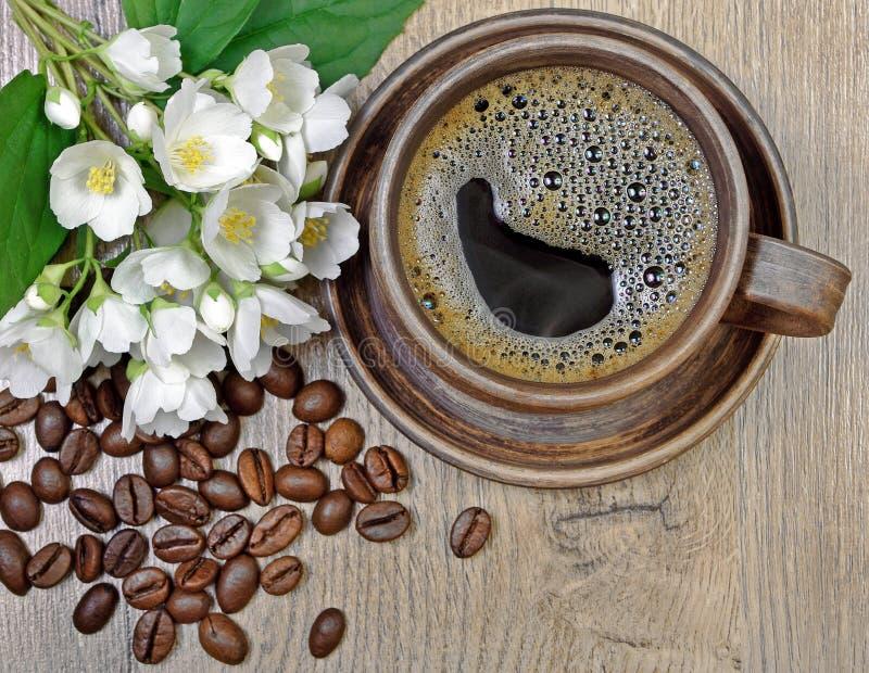Guten Morgen Morgenkaffee- und -jasminblumen auf einem Holztisch stockfoto