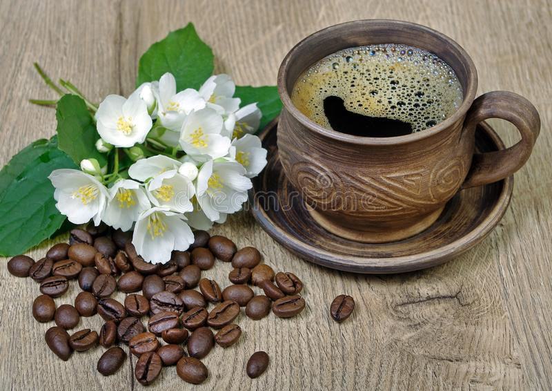 Guten Morgen Morgenkaffee- und -jasminblumen auf einem Holztisch stockfotografie