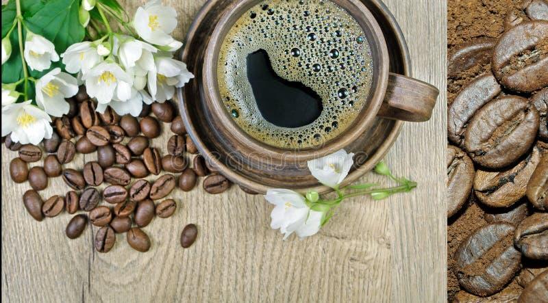 Guten Morgen Morgenkaffee- und -jasminblumen auf einem Holztisch lizenzfreie stockfotos