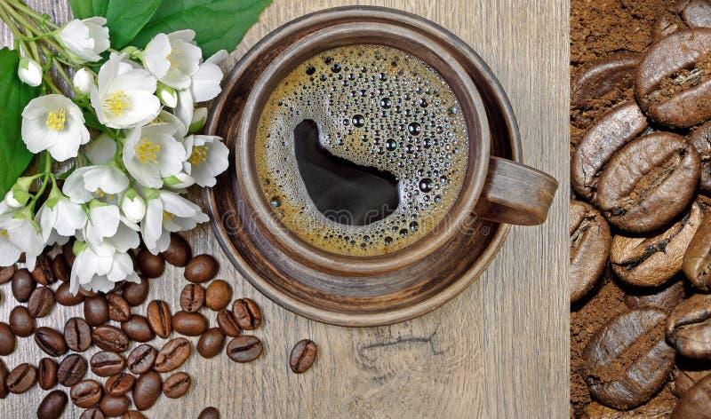 Guten Morgen Morgenkaffee- und -jasminblumen auf einem Holztisch lizenzfreie stockbilder
